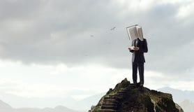 Hombre de negocios con la cabeza del libro Concepto de la eficacia del negocio imagen de archivo libre de regalías