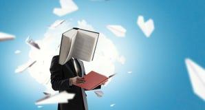 Hombre de negocios con la cabeza del libro Concepto de la eficacia del negocio fotos de archivo