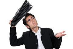 Hombre de negocios con la caja de cuero negra. Imagen de archivo