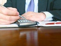 Hombre de negocios con la calculadora. Imagenes de archivo
