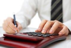 Hombre de negocios con la calculadora. Finanzas y contabilidad Foto de archivo libre de regalías