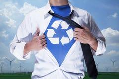 Hombre de negocios con la camisa que revela corta abierta con el reciclaje de símbolo debajo Imagen de archivo