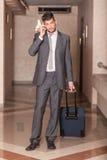 Hombre de negocios con la carretilla Fotos de archivo libres de regalías