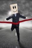 Hombre de negocios con la competencia que gana principal del cartón Imagen de archivo