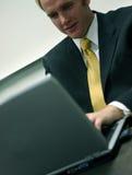 Hombre de negocios con la computadora portátil 2 imágenes de archivo libres de regalías