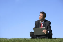 Hombre de negocios con la computadora portátil Foto de archivo