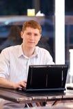 Hombre de negocios con la computadora portátil Imagenes de archivo