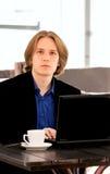 Hombre de negocios con la computadora portátil fotos de archivo libres de regalías