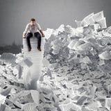 Hombre de negocios con la hoja de papel dondequiera Enterrado por concepto de la burocracia Imagen de archivo libre de regalías