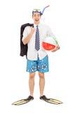 Hombre de negocios con la máscara del salto y una pelota de playa Fotografía de archivo