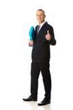 Hombre de negocios con la muestra aceptable que lleva a cabo una carpeta Fotos de archivo