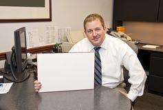 Hombre de negocios con la muestra en blanco Fotos de archivo