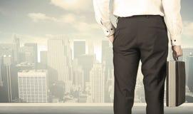 Hombre de negocios con la opinión de la ciudad Imagen de archivo
