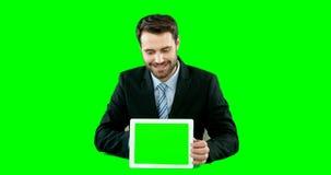 Hombre de negocios con la pantalla digital conmovedora de la tableta digital metrajes