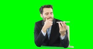 Hombre de negocios con la pantalla digital conmovedora del teléfono móvil almacen de video