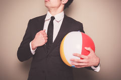 Hombre de negocios con la pelota de playa Foto de archivo