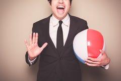 Hombre de negocios con la pelota de playa Fotografía de archivo