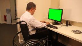 Hombre de negocios con la silla de ruedas almacen de metraje de vídeo
