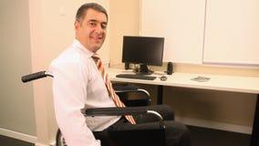 Hombre de negocios con la silla de ruedas almacen de video