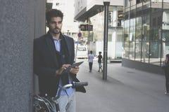 Hombre de negocios con la situación de la bici fotografía de archivo