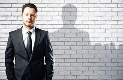 Hombre de negocios con la sombra de la ciudad Fotografía de archivo