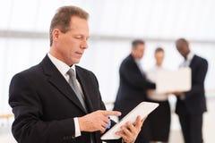 Hombre de negocios con la tableta digital. fotos de archivo libres de regalías