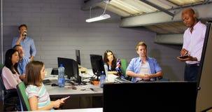 Hombre de negocios con la tableta digital que da la presentación en la sala de conferencias 4k almacen de video