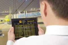 Hombre de negocios con la tableta en aeropuerto Foto de archivo libre de regalías