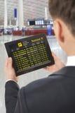 Hombre de negocios con la tableta en aeropuerto Imagenes de archivo