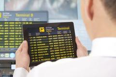 Hombre de negocios con la tableta en aeropuerto Fotografía de archivo libre de regalías