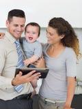 Hombre de negocios con la tableta y la familia digitales Imagenes de archivo