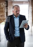 Hombre de negocios con la tableta y los garabatos blancos del negocio Foto de archivo