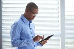 Hombre de negocios con la tablilla digital imagenes de archivo