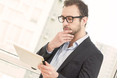 Hombre de negocios con la tablilla digital Fotografía de archivo