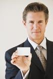 Hombre de negocios con la tarjeta de visita en blanco Fotografía de archivo