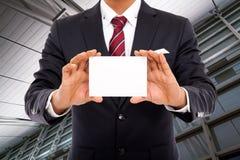 Hombre de negocios con la tarjeta en blanco Imágenes de archivo libres de regalías