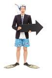 Hombre de negocios con la tenencia de equipo de buceo una flecha imágenes de archivo libres de regalías