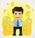 Hombre de negocios acertado con las pilas de monedas de oro Foto de archivo