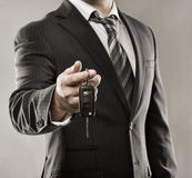 Hombre de negocios con llave del coche Fotografía de archivo
