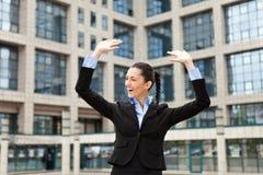 Hombre de negocios con los brazos outstretched Fotografía de archivo
