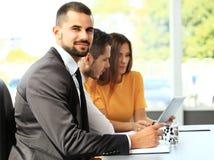 Hombre de negocios con los colegas en fondo Fotos de archivo