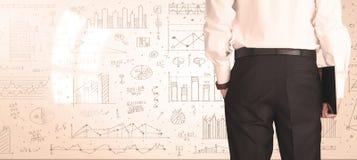 Hombre de negocios con los diagramas y los gráficos Fotografía de archivo libre de regalías