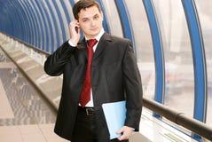 Hombre de negocios con los documentos en el teléfono Imágenes de archivo libres de regalías