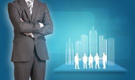 Hombre de negocios con los edificios y negocio del alambre-marco Foto de archivo libre de regalías