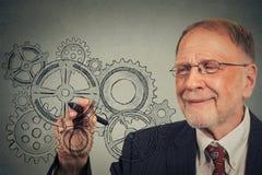 Hombre de negocios con los engranajes y las ideas Fotos de archivo