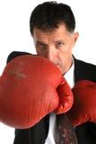 Hombre de negocios con los guantes de boxeo encendido Foto de archivo libre de regalías