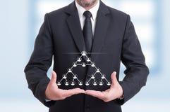 Hombre de negocios con los iconos virtuales de la red corporativa Imagen de archivo