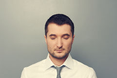 Hombre de negocios con los ojos cerrados fotos de archivo