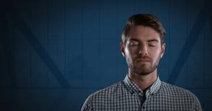 Hombre de negocios con los ojos cerrados y el fondo oscuro Foto de archivo libre de regalías