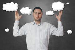 Hombre de negocios con los ojos fijos en las nubes Fotografía de archivo libre de regalías